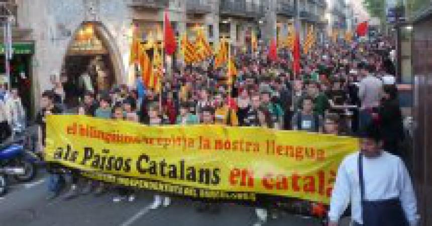 Denuncien uns policies que van retenir i amenaçar dos independentistes per Sant Jordi