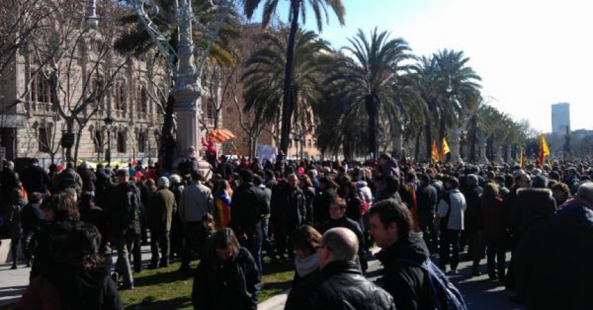 Centenars de persones es concentren davant el TSJC per defensar el català a l'escola