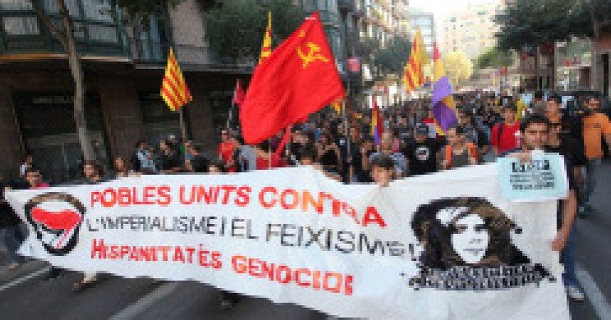 Centenars de persones es manifesten contra el feixisme i la hispanitat a Barcelona