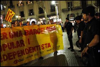 Els antiavalots obliguen la marxa (que havia sortit de Canaletes) a sortir de la Rambla. FOTO: Oriol Clavera