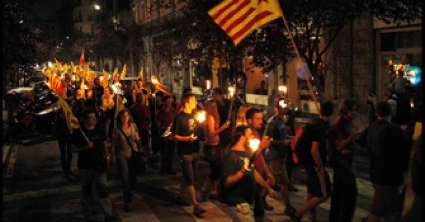 Desenes de marxes de torxes escampen les reivindicacions de la Diada arreu del país