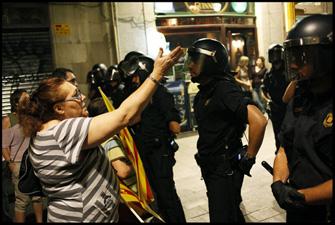 Una manifestant es queixa a un dels antiavalots perquè no els deixen fer la marxa per la Rambla. FOTO: Oriol Clavera