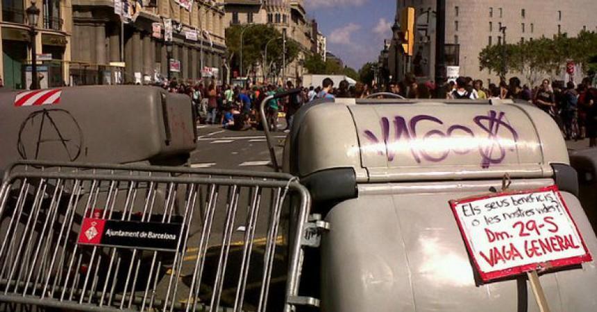 Els Mossos d'Esquadra entren al banc ocupat de plaça Catalunya
