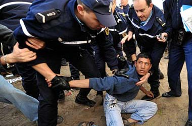 300 immigrats detinguts en el violent desallotjament de la 'Jungla de Calais'
