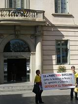 Dues persones encadenades a l'Ajuntament i manfiestants solidaris davant l'edifici