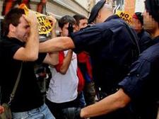 Un Mosso colpejant el lleidatà a qui demanen 6 anys de presó per haver patit aquesta agressió. Foto: AJL