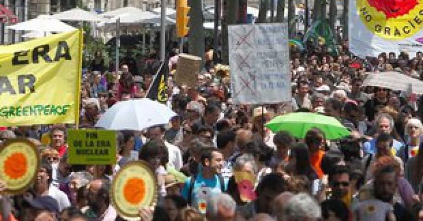 Milers de persones es manifesten a Barcelona pel tancament de les nuclears