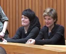Ariadna Jové i l'australiana Bridgette Chappel poc abans de ser alliberades