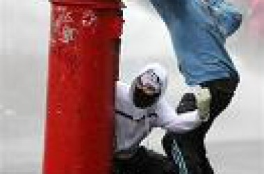Joves republicans s'enfronten a la policia al nord d'Irlanda