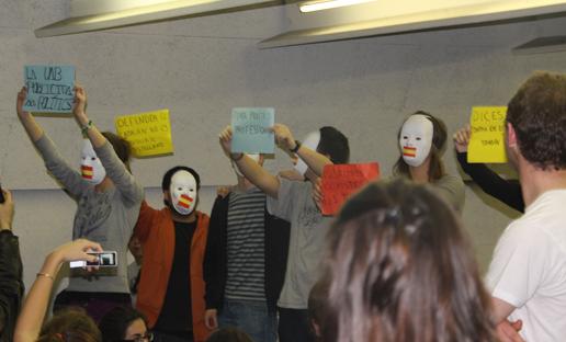 Els estudiants de la UAB van protestar contra l'acte de l'ultranacionalista espanyola Rosa Diez