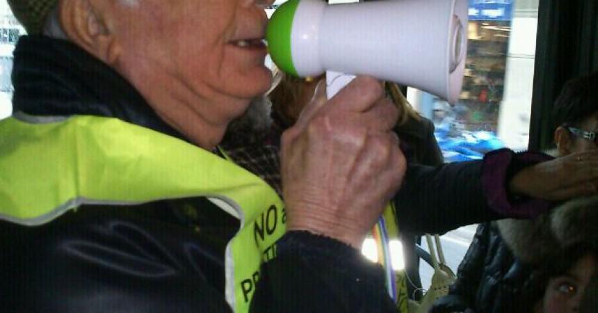 Jubilats indignats segresten un autobús a Barcelona