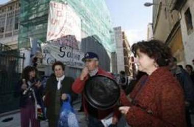 Veïnes del Cabanyal protesten durant la visita de Rita Barberà al barri