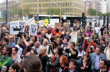 Centenars de persones s'han concentrat en suport als periodistes de la revista Cafè amb Llet jutjats per denunciar la corrupció a la sanitat