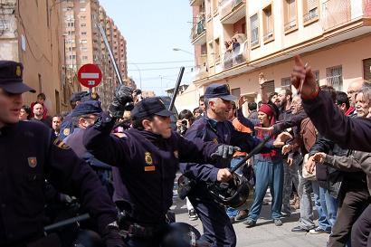 Càrrega contra veïnat que protesta pels enderrocs al Cabanyal. FOTO: Cabanyal.com