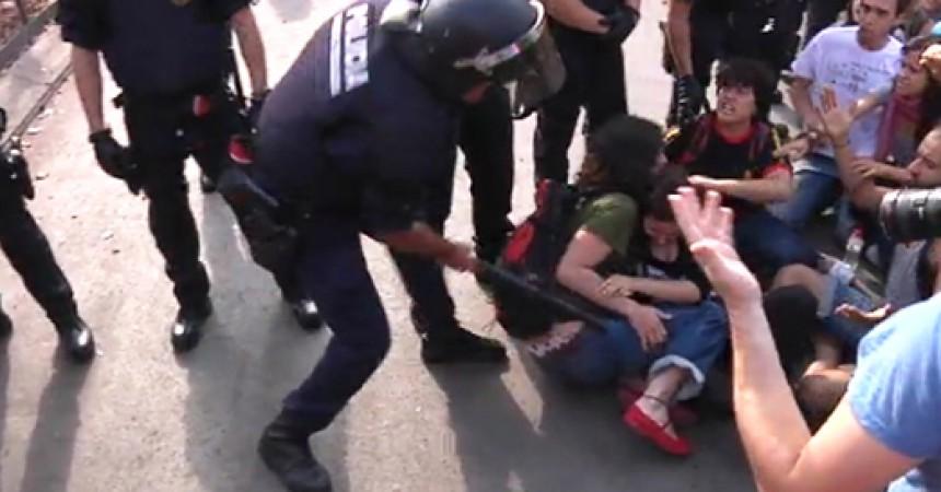 Un centenar de ferits per les càrregues al voltant de la plaça de Catalunya