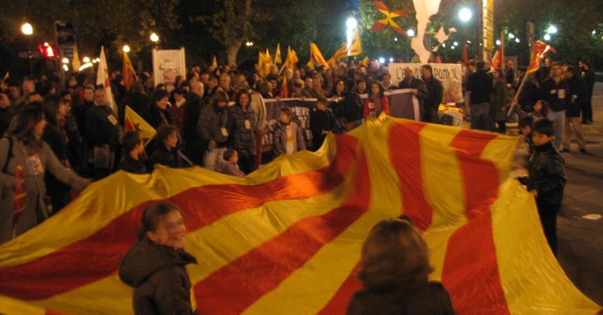 Milers de persones es manifesten per la llengua en la commemoració de les normes de Castelló