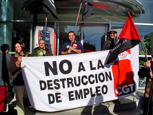 La CGT de València protesta contra els acomiadaments a la SEAT de Martorell