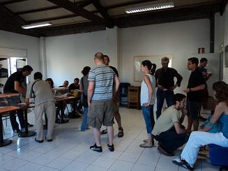 Cua per votar a darrera hora en el col·legi de Sabadell instal·lat al Casal Cancapablanca