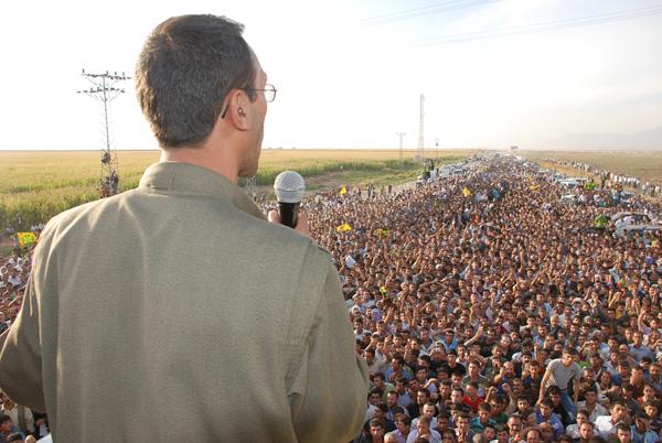 Rebuda multitudinària a Diyarbakir (capital kurda de Turquia) de la delegació per la pau de la guerrilla del PKK. FOTO: Kurdish-info.net
