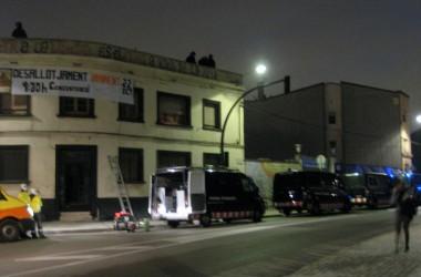 Desallotjat el KOP d'El Prat després de treure les persones que hi resistien