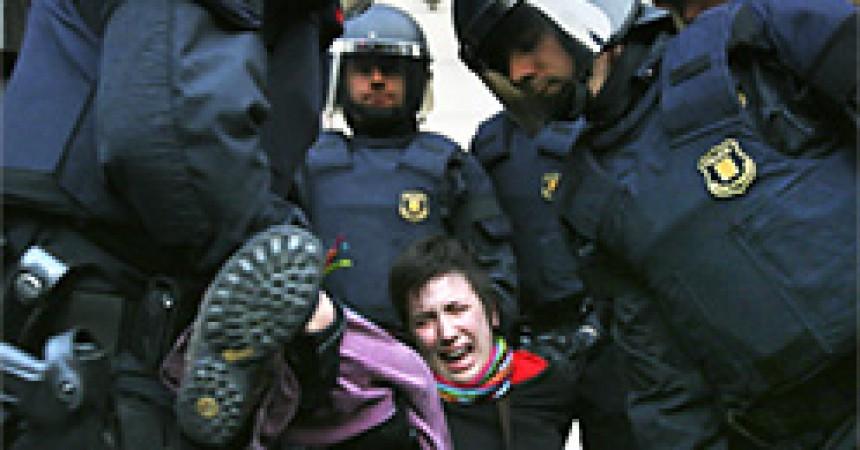 Dures càrregues i detinguts després del desallotjament de l'ocupació de la UB