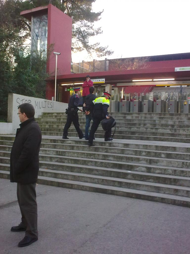 Detenció de l'estudiant a la UAB dilluns 1 de febrer. FOTO: L'ACCENT