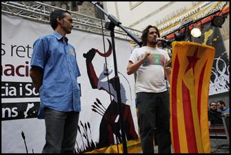 Xevi Safont i Joan Sebastià Colomer van parlar en representació de les organitzacions convocants al final de la manifestació. FOTO: Oriol Clavera