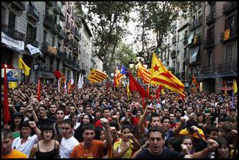 Els manifestants canten els Segadors en acabar la manifestació de l'Esquerra Independentista. FOTO: Oriol Clavera