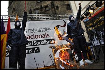 Crema del retrat del rei en acabar la manifestació de la Diada a Barcelona. FOTO: Oriol Clavera