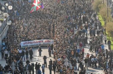 La majoria social basca respon amb una manifestació històrica a la persecució d'idees espanyola