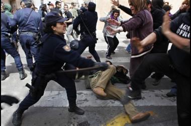 Enderrocaments i càrregues policials al barri del Cabanyal [fotografies]