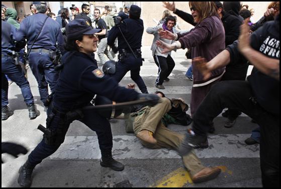 Càrregues contra les persones que protestaven pels enderrocaments al Cabanyal. FOTOS: Oriol Clavera