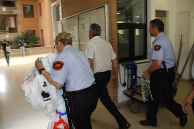 Moment en què els guardes de seguretat entren a la facultat després d'haver trencat el cadenat. Foto: Marc Miras