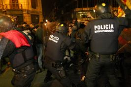 Càrrega aquest vespre contra la manifestació. Foto: Miquel Llop