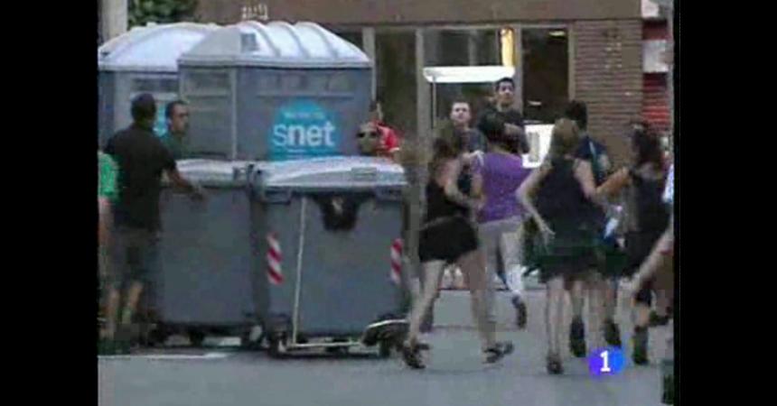 Agents policials infiltrats destrueixen mobiliari urbà durant les càrregues policials d'ahir a Gràcia