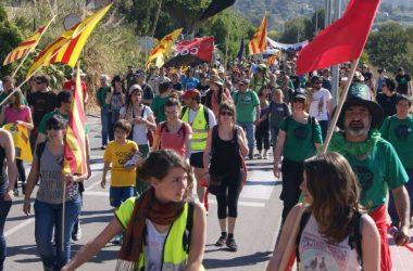 Un miler de persones camina al Garraf perquè marxin retalladors i corruptes