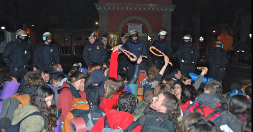 L'Ajuntament opta per la violència i desallotja els joves de Gràcia de la plaça de la Vila