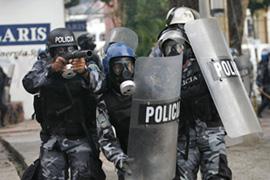 Policies carregant contra els defensors del president legítim. Foto: aljazeera.net