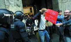 Sortida de l'hotel de luxe de Barcelona dels manifestants que van ocupar-lo durant mitja hora l'1 de Maig