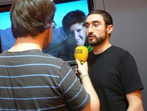 Ivan Gordillo, company d'Ariadna, respon a uns periodistes en la roda de premsa que han fet aquest matí. FOTO: L'ACCENT