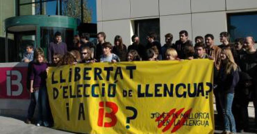 Protesten davant IB3 pel maltracte a la llengua catalana