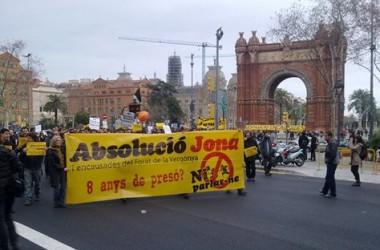 Centenars de manifestants per l'absolució d'en Jona, encausat pel Forat de la Vergonya