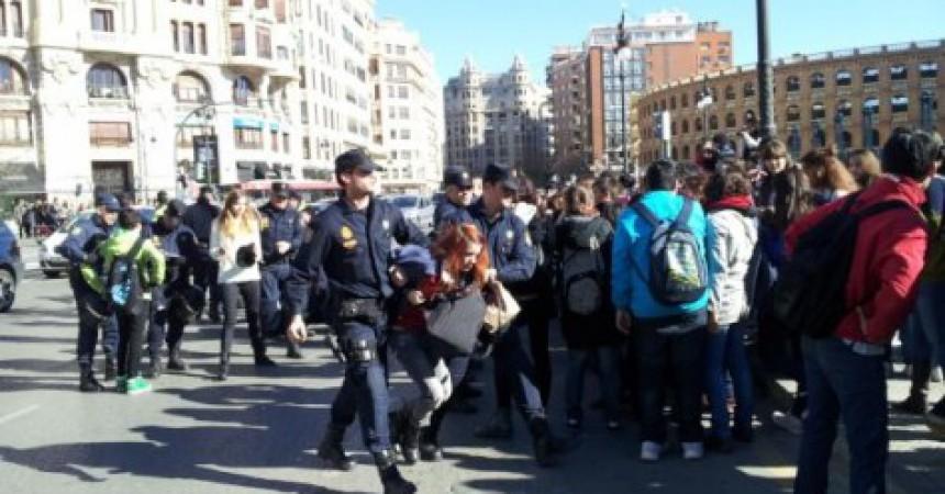 Desenes de ferits i un menor detingut en la càrrega policial contra els estudiants de l'IES Lluís Vives