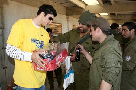 Visita dels jugadors del Maccabi als soldats israelians a Gaza - Foto: web del Maccabi