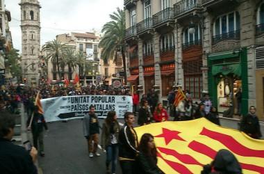 Milers de manifestants omplen València per culminar els actes de la Diada del 25 d'Abril
