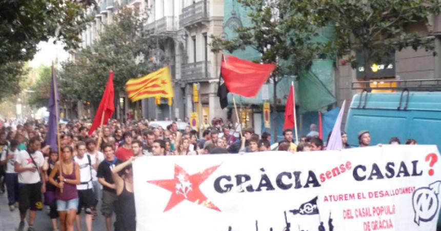 Centenars de persones es manifesten a Gràcia contra el desallotjament del Casal Popular