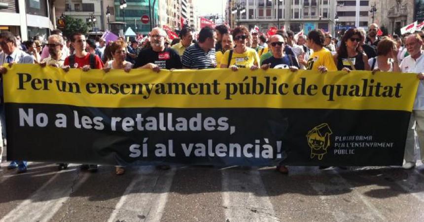 Milers de persones es manifesten a València en defensa del valencià