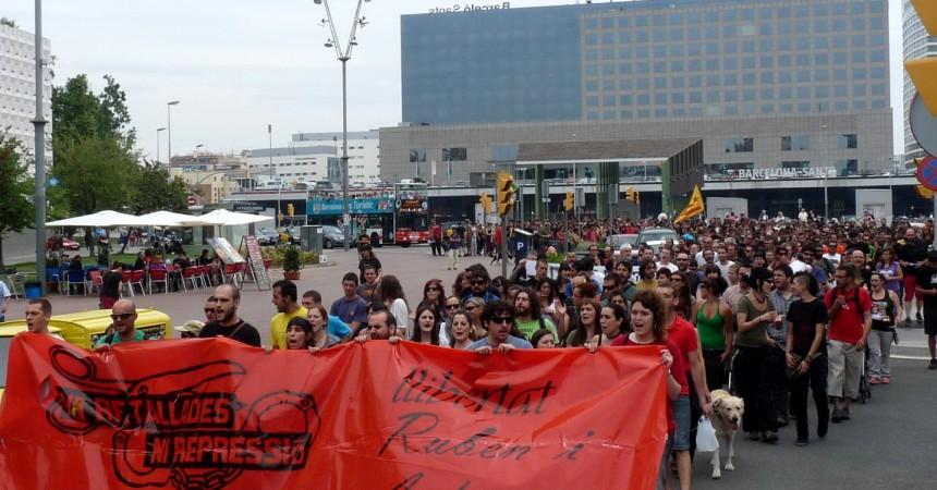 Un miler de persones reclamen a Sants la llibertat de l'Andreu i el Rubèn