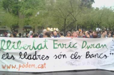 Crema de bitllets falsos en una manifestació per demanar la llibertat d'Enric Duran