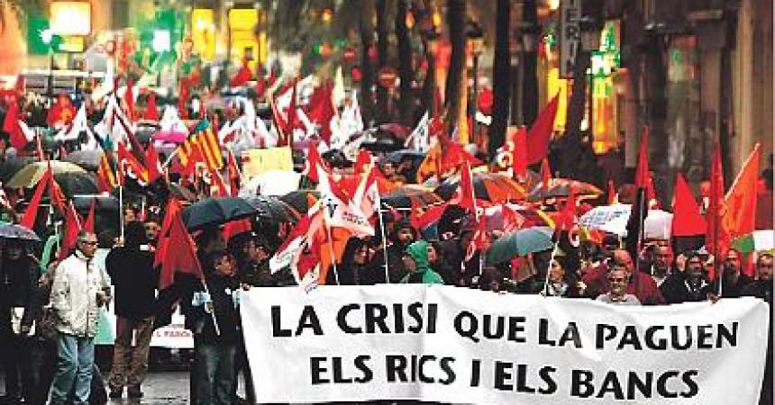 Un miler de persones desafien la pluja contra la crisi a València